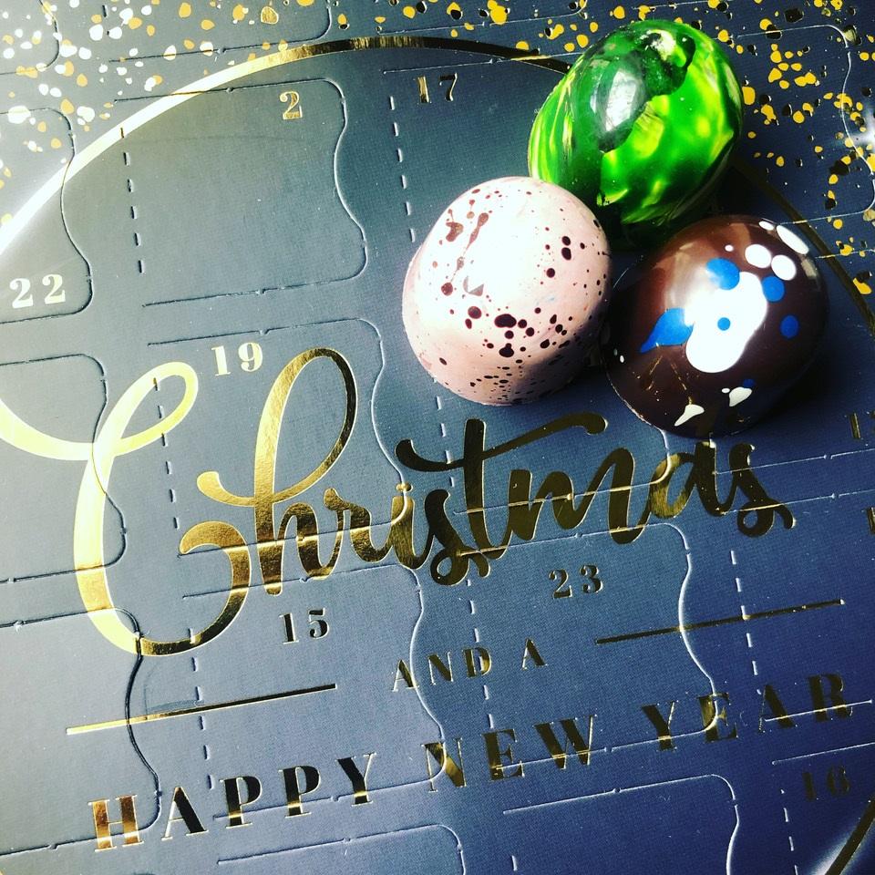 The 24 Day Bonbon Advent Calendar contains 4 scrumptious festive flavoured bonbons from Edinburgh based artisan chocolatier BonBox