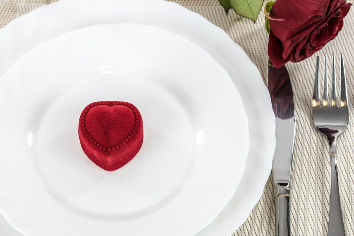 A rose and a pristine white table cloth will work wonders say Polo & Tweed Image by Photo Mix from Pixabay